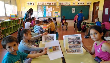 Alumnes de cinquè, atenent la lectura de 'Dràcula' i escoltant la banda sonora de la pel·lícula.