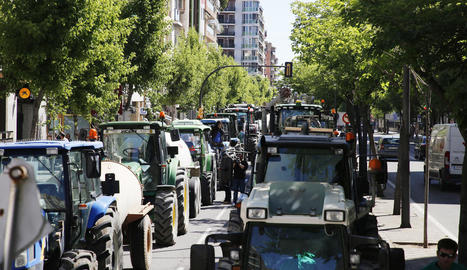 Els ramaders van aparcar els tractors a l'avinguda Prat de la Riba.