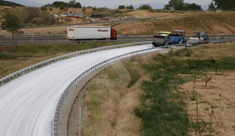 Les calçades de l'A-14 a Torrefarrera, blanques per una nova tècnica per a l'asfaltatge.