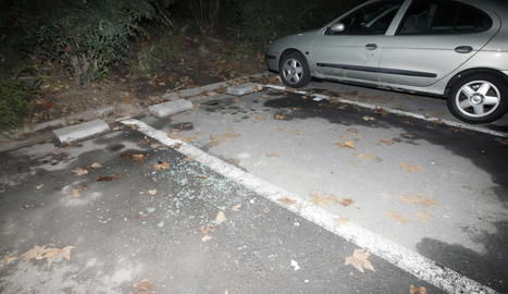Imatge d'arxiu d'un cotxe rebentat en un aparcament a la zona dels Camps Elisis.