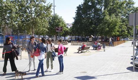Dos cares d'una mateixa plaça ■ Vista de la plaça Maria Mercè Marçal a Cappont, molt concorreguda per les famílies durant les tardes i, a baix, restes d'un <i>botellón</i> a l'àrea infantil de la plaça.