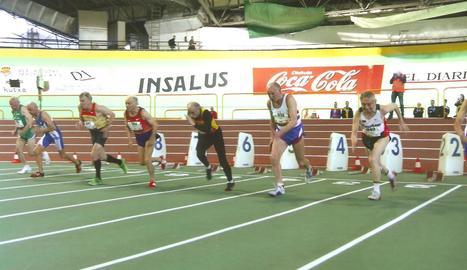 Armando, de negre i amb pantalons llargs, pren la sortida en un campionat a Sant Sebastià.