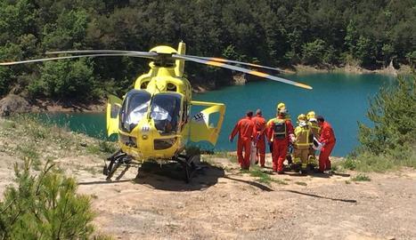 Un helicòpter del SEM evacuant un dels ferits, ahir a Navès.