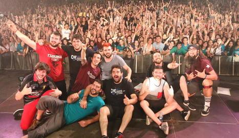 Imatge dels membres de Txarango, amb els assistents al seu concert dissabte a la nit.