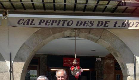 Armando amb la seva dona davant de Cal Pepito, en una recent visita a Balaguer.