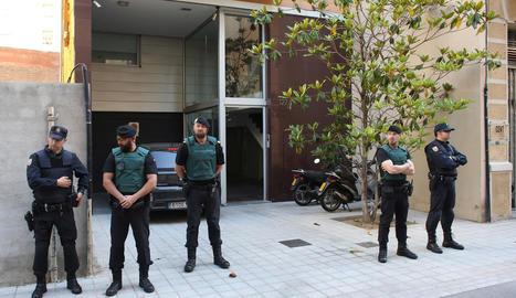 Policies nacionals i guàrdies civils, dimarts davant del domicili barceloní de Sandro Rosell.