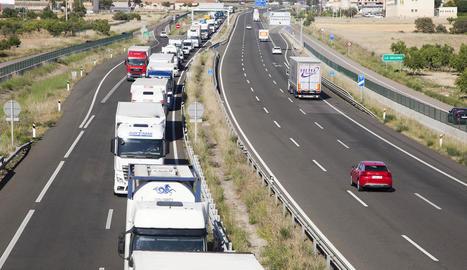 Quatre quilòmetres de cues a l'autovia A-2 a Tàrrega per un accident