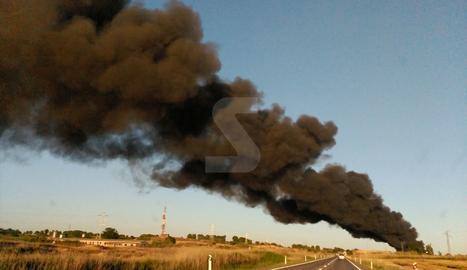 Espectacular incendi de residus a l'exterior d'una nau als afores de Lleida al costat de la N-240
