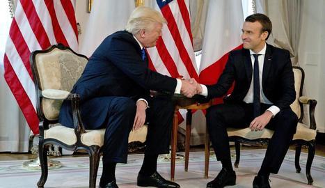 Trump dóna la mà al president francès, Emmanuel Macron.