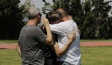Alumnes de l'Inefc de Lleida s'abracen després de l'acte d'homenatge que se li va tributar ahir a Emili Vicente.