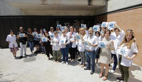 Gran part del personal del CAP Primer de Maig, convocat per Marea Blanca, va protestar ahir.