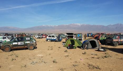 arribada. Alguns dels cotxes al final d'etapa, que s'aparcaven al costat de les tendes de campanya.