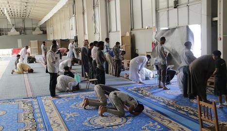 Musulmans resant ahir al migdia al Pavelló 4, al costat de l'Aplec del Caragol.