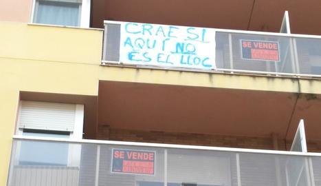 """Els veïns han penjat cartells d'""""es ven"""" com a protesta."""