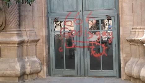 Manifestants es van abraonar contra el cotxe a què va pujar el bisbe, que va sortir escortat per la policia.
