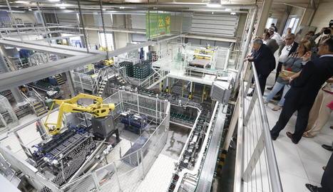 Un moment de la visita a l'embotelladora, guiada pel director de la fàbrica, Manuel Heredia.