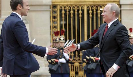 El president francès, Emmanuel Macron, saluda el seu homòleg rus, Vladímir Putin.