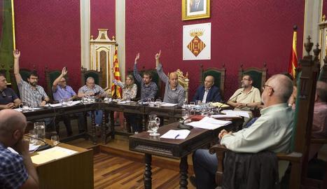 Un moment de les votacions en el ple d'ahir a Cervera.