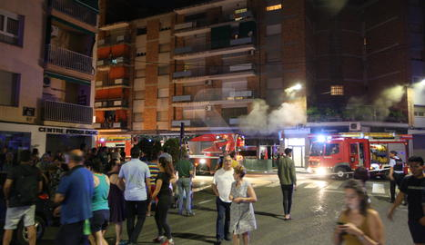 Veïns de Cappont, ahir a la nit a la zona de l'incendi.