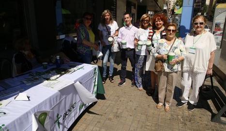 Voluntaris en una de les taules instal·lades a Lleida.