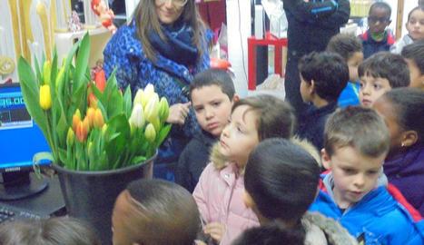 Tots a l'una. Els 'grans' de P3  estableixen lligams amb els nens petits de l'escola bressol del barri. La música ajuda a crear bon ambient.