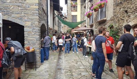 El centre de Rialp es va omplir ahir de parades d'oficis artesans, malgrat la pluja.