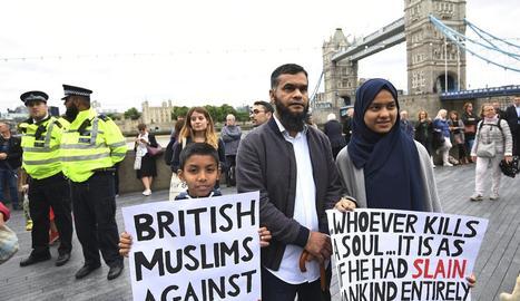 Centenars de persones de totes les religions van guardar un minut de silenci davant el Pont de Londres.