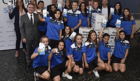 Les jugadores de l'infantil de l'AEM de Lleida han participat en la promoció de la campanya 'Cap nen sense bigoti'.