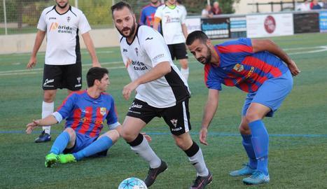 Albert, del Vallfogona, controla una pilota en una acció del partit d'ahir.