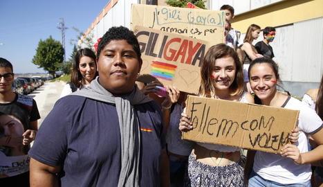 Més de 200 alumnes es van concentrar ahir a les portes del Gili i Gaya contra els comentaris homòfobs i a favor de la llibertat sexual.