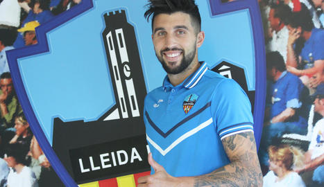 El nou jugador del Lleida Esportiu, Marc Trilles, ja posa amb l'equipació del club i al costat de l'escut.