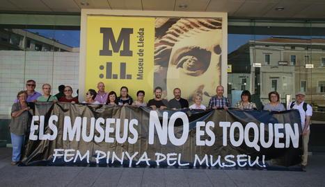 El representants de la plataforma d'entitats aquest dijous davant del Museu de Lleida.