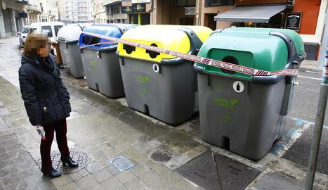 Els Mossos van precintar els contenidors propers al domicili de la víctima a la recerca de proves.