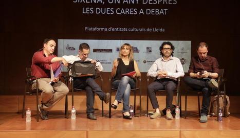 Representants de la plataforma d'entitats culturals de Lleida, ahir davant del Museu de Lleida.