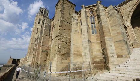 Tanques de protecció, ahir a l'entorn del contrafort entre el claustre i la capella de Jesús de la Seu Vella.