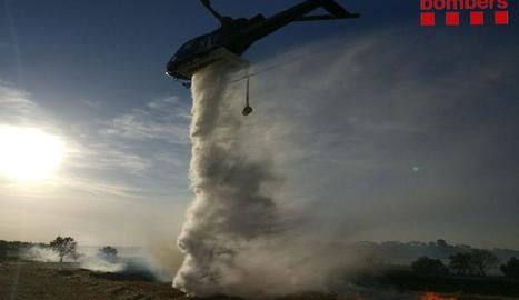 Un helicòpter, ahir, durant l'extinció del foc a les Garrigues.