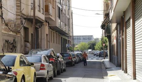 Vista del carrer Girona, amb les voreres molt estretes.