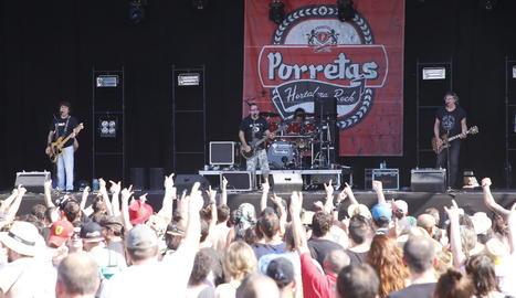 El rock amb pinzellades punk dels madrilenys Porretas va escalfar ahir la primera hora del festival.