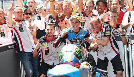 Àlex Màrquez celebra la victòria a Montmeló amb tot el seu equip.