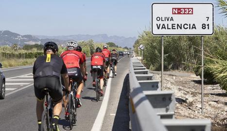 Un grup de ciclistes circulant per l'N-332, on va ser atropellat un altre ciclista.