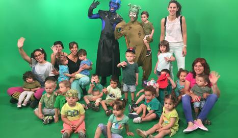 Nens i nenes, amb les seues professores, al plató de Lleida Televisió on s'enregistra el programa.
