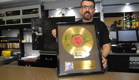 Josep Maria Pons, exhibint un disc d'or del 'Born in the USA' firmat pel mateix Springsteen.