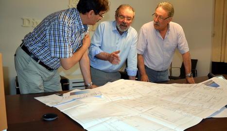 El president de la Diputació, Joan Reñé, al centre, repassa plànols del projecte amb tècnics.