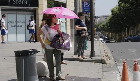 Una dona amb un para-sol a Lleida.