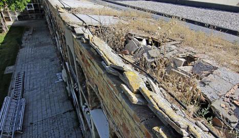 Vista de part de la teulada, esfondrada i amb un gran forat en què s'aprecia el desplomament interior.