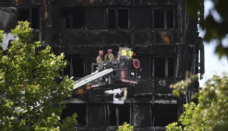 Els bombers inspeccionen la torre residencial Grenfell.