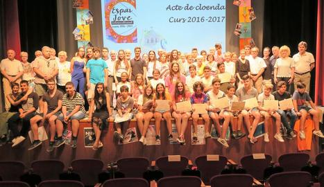 Durant l'acte de clausura es van entregar diplomes al mig centenar de participants amb els quals ha comptat aquest curs l'Espai Jove Intercultural.