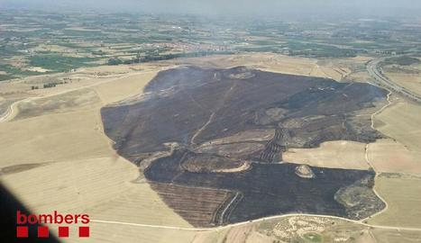 Efectius dels Bombers van treballar ahir en dos incendis de vegetació agrícoles declarats a Artesa de Lleida.
