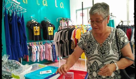 Una clienta introdueix una targeta per participar en el sorteig.