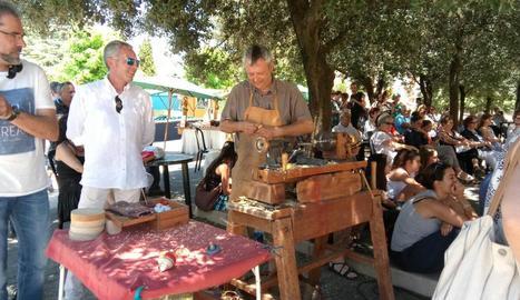 Un dels artesans que va participar en la mostra d'oficis antics durant tot el dia.